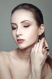 Skönhetstående av den härliga unga kvinnan med nätt ren hud arkivbild