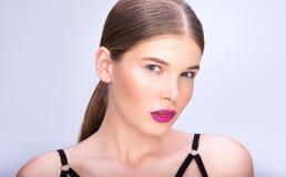 Skönhetstående av den härliga unga kvinnan med samlat hår fotografering för bildbyråer