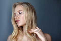 Skönhetstående av den känsliga nordiska naturliga blonda kvinnan Royaltyfria Foton