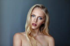 Skönhetstående av den nordiska naturliga blonda kvinnan Arkivbild