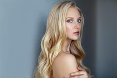 Skönhetstående av den nordiska naturliga blonda kvinnan på mörk backgroun Arkivbilder
