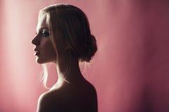 Skönhetstående av den nordiska naturliga blonda kvinnan på rosa backgroun Arkivbild