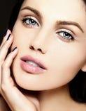 Skönhetstående av den sinnliga modellen med ingen makeuprengöringhud Arkivfoton
