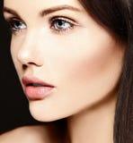 Skönhetstående av den sinnliga modellen med ingen makeuprengöringhud Royaltyfri Bild