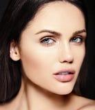 Skönhetstående av den sinnliga modellen med ingen makeuprengöringhud Arkivbild