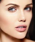 Skönhetstående av den sinnliga modellen med ingen makeuprengöringhud Royaltyfri Foto
