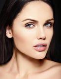 Skönhetstående av den sinnliga modellen med ingen makeuprengöringhud Royaltyfria Foton