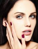 Skönhetstående av den sinnliga modellen med ingen makeuprengöringhud Royaltyfria Bilder