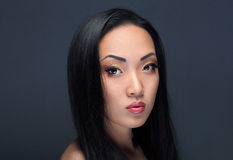 Skönhetstående av den stiliga asiatiska flickan Arkivfoton