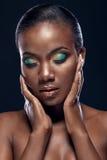 Skönhetstående av den stiliga etniska afrikanska flickan med stängda ögon Arkivfoton