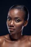 Skönhetstående av den stiliga etniska afrikanska flickan, på mörk backgro Arkivfoton