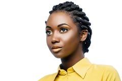 Skönhetstående av den unga afrikanska kvinnan med flätade trådar royaltyfria bilder