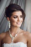 Skönhetstående av den unga bruden Perfekt makeup och frisyr Royaltyfria Bilder