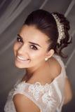 Skönhetstående av den unga bruden Perfekt makeup och frisyr Arkivfoto