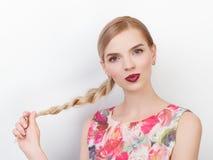 Skönhetstående av den unga gladlynta unga nya seende kvinnan med hairstyl för flätad tråd för hår för ljust moderiktigt smink blo Arkivbild