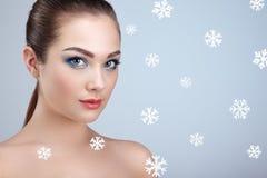 Skönhetstående av den unga härliga kvinnan över snöig arkivfoton