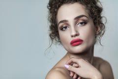 Skönhetstående av den unga härliga modemodellen med samlat arkivfoto
