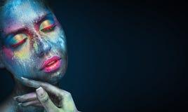 Skönhetstående av den unga kvinnan med blå konstnärlig makeup arkivbilder