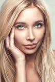Skönhetstående av den unga kvinnan med den härliga sunda framsidan med trevlig makeup royaltyfri fotografi