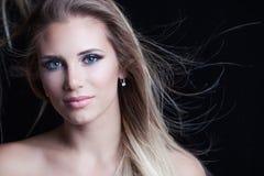 Skönhetstående av den unga naturliga blonda kvinnan med blåa ögon och Royaltyfri Bild