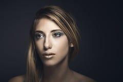 Skönhetstående av den unga sexiga kvinnan Arkivfoto