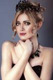 Skönhetstående av den ursnygga blonda modellen med updohår och svart Royaltyfri Bild