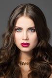 Skönhetstående av den ursnygga unga kvinnan Arkivfoto
