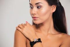 Skönhetstående av en älskvärd kvinnlig modell fotografering för bildbyråer