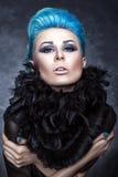 Skönhetstående av en flicka med blått hår. Arkivfoton