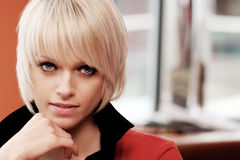 Skönhetstående av en härlig ung blond kvinna royaltyfria bilder