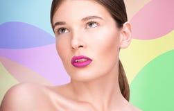 Skönhetstående av en härlig ung kvinna Ljusa kanter och yrkesmässig makeup Royaltyfri Foto