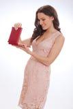 Skönhetstående av en lycklig kär gåva för ung kvinna Royaltyfri Bild