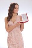 Skönhetstående av en lycklig kär gåva för ung kvinna Arkivfoto