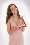 Skönhetstående av en lycklig kär gåva för ung kvinna Royaltyfri Fotografi
