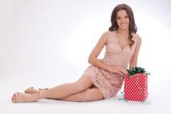 Skönhetstående av en lycklig kär gåva för ung kvinna Royaltyfria Bilder