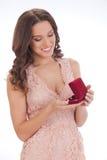 Skönhetstående av en lycklig kär gåva för ung kvinna Royaltyfri Foto