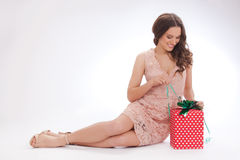 Skönhetstående av en lycklig kär gåva för ung kvinna Arkivfoton