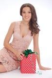Skönhetstående av en lycklig kär gåva för ung kvinna Royaltyfria Foton