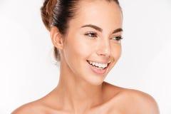 Skönhetstående av en lycklig kvinna med skincare Royaltyfri Bild
