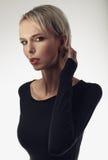 Skönhetstående av en ung härlig blond kvinna med fräknar Arkivfoton