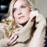 Skönhetstående av en ursnygg blond kvinna royaltyfria foton