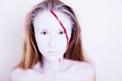 Skönhetstående av flickan med den vita framsidan med det röda bandet Arkivbild