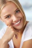 Skönhetstående av kvinnan med härligt le för ny framsida för leende Arkivbilder