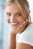 Skönhetstående av kvinnan med härligt le för ny framsida för leende Royaltyfri Fotografi