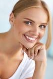 Skönhetstående av kvinnan med härligt le för ny framsida för leende Fotografering för Bildbyråer
