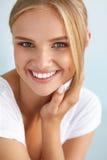 Skönhetstående av kvinnan med härligt le för ny framsida för leende Royaltyfria Bilder