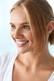 Skönhetstående av kvinnan med härligt le för ny framsida för leende Arkivfoto