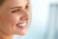 Skönhetstående av kvinnan med härligt le för ny framsida för leende Arkivbild