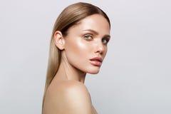 Skönhetstående av modellen med naturligt smink arkivfoton