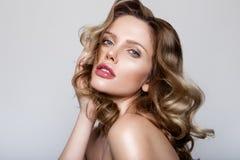 Skönhetstående av modellen med naturligt smink Royaltyfria Bilder